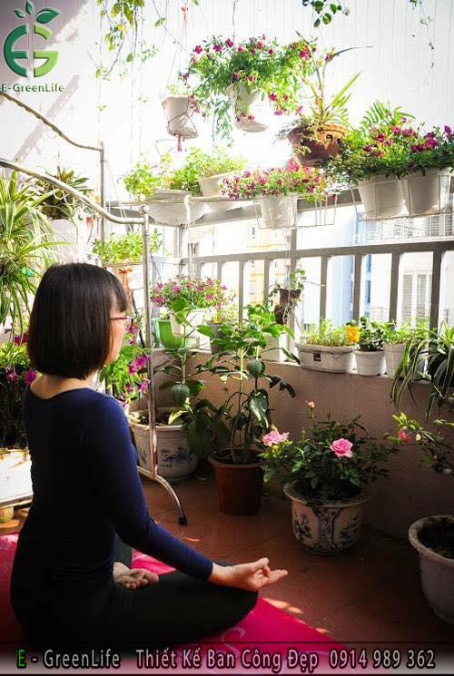 Ban công trở nên xanh mát hơn nhờ các chậu cây và hoa