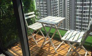 Làm đẹp ban công ở chung cư bằng bàn gấp