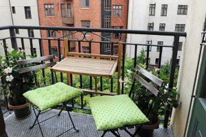 Làm rộng không gian ban công ở chung cư bằng bàn treo