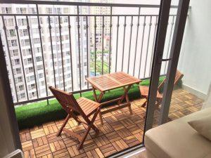 Làm đẹp ban công ở chung cư bằng sàn gỗ