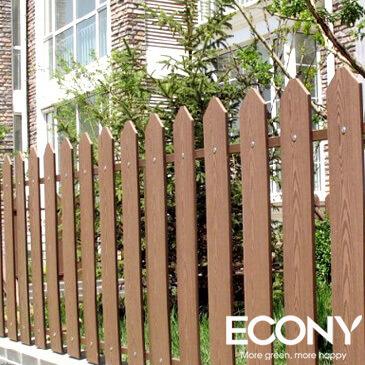 Tường rào được làm từ các thanh gỗ nhựa composite