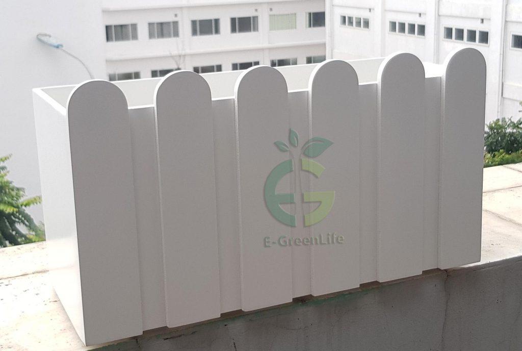 Chậu hàng rào trắng composite trồng cây ban công